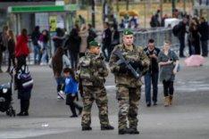Bewaffnete Soldaten auf einer Straße in Paris, November 2015