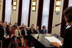 Im Historischen Saal der BAKS spricht eine Frau an einem Rednerpult zu zahlreichen Menschen, die auf Stuhlreihen sitzen.