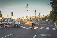 """Die Hauptstraße """"Promenade des Anglais"""" vor der Strandpromenade in Nizza, abgesperrt von einem Polizeiwagen und Polizisten"""