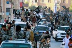 IS Anhänger bei einer Parade in Raqqa 2014.