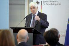 Prof. Dr. Michael Stürmer an einem Rednerpult in der Bundesakademie für Sicherheitspolitik