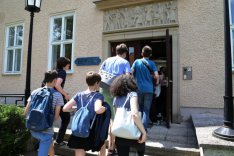 Schülerinnen und Schüler betreten das Haus Berlin der BAKS.