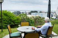 Steinmeier blickt von einer Terasse auf die Stadt Maputo