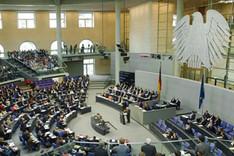 Blick in den Plenarsaal des Reichstages bei laufender Bundestagsdebatte