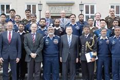 """Gruppenbild einer pakistanischen Besuchsgruppe mit Mitarbeitern der BAKS vor dem Haupteingang des Hauses """"Berlin"""" der Akademie"""