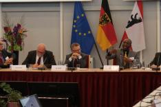Ein Panel mit fünf Diskutanten. Panelist Akube referiert zum Thema Korruption