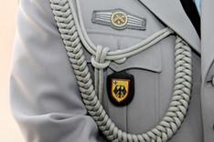 Nahaufnahme einer Offiziersuniform im Brustbereich, auf der die so genannte Protokollkordel zu sehen ist.