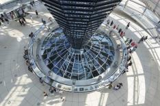 Das Bild zeigt das Innern der Kuppel des Reichstagsgebäudes.