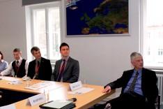 Junge Führungskräfte aus der Ukraine sitzen gemeinsam mit dem ehemaligen BAKS-Präsidenten Dr. Hans-Dieter Heumann in einem Seminarraum der BAKS.