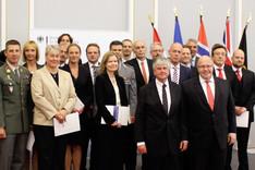 Ein Gruppenbild zeigt die Teilnehmer des Seminars für Sicherheitspolitik 2014 mit Kanzleramtsminister Peter Altmaier und BAKS-Präsident Botschafter Dr. Hans-Dieter Heumann.