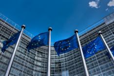 Vor dem Gebäude der EU-Kommission in Brüssel wehen EU-Flaggen.