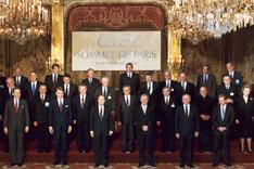 Staatsoberhäupter der teilnehmenden Mitgliedsstaaten der damaligen KSZE in einem Gruppenfoto beim Gipfel in Paris, Palais de l'Elysée, 19. November 1990