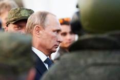 Russlands Präsident Wladimir Putin im Profil umgeben von Soldaten in Tarnuniform, September 2015