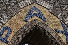 Torbogen der des Yser Denkmals mit der Aufschrift Pax