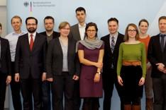 Mitglieder des Arbeitskreises Junge Sicherheitspolitiker im historischen Saal der BAKS