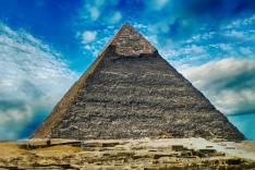 ägyptische Pyramide vor leicht bewölktem Himmel