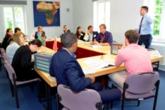 Konferenzrunde von Studierenden mit einem Jugendoffizier der Bundeswehr in einem der Seminarräume der Bundesakademie für Sicherheitspolitik