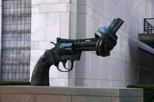 """Skulptur """"Knotted Gun"""" stellt eine Pistole mit Knoten im Lauf dar."""