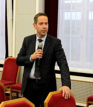 Interessierte Fragen aus dem Publikum, hier: Daniel Brückner, Direktor bei der HSBC Trinkaus.