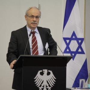 Generalleutnant a.D. Kersten Lahl hinter einem Rednerpult
