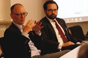 BAKS-Präsident Ekkehard Brose und der Arbeitskreisvorsitzende Christian Klein sitzen an einem Konferenztisch.
