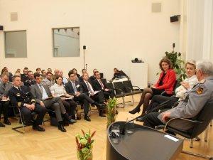 Junge Menschen bilden das Publikum eines Hintergrundgesprächs mit Verteidigungsministerin Dr. Ursula von der Leyen und Generalinspekteur der Bundeswehr General Volker Wieker.