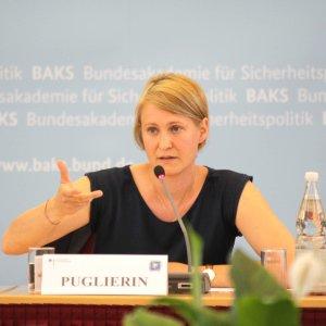 Jana Puglierin sitzt auf dem Podium einer Veranstaltung des European Security Defense College