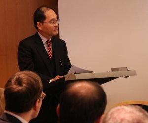 Der Generalkonsul Japans Hidenao Yanagi spricht zu Teilnehmern des Seminars.