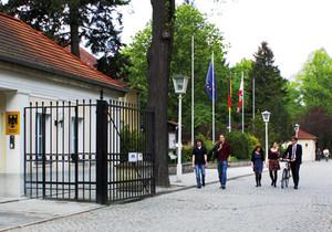 Blick durch den Toreingang der Bundesakademie für Sicherheitspolitik, der Schlosspark Schönhausen im Hintergrund