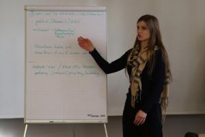 Eine Seminarteilnehmerin präsentiert die Gruppenergebnisse