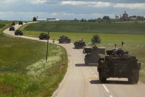Eine Panzerkolonne auf dem Marsch in Litauen