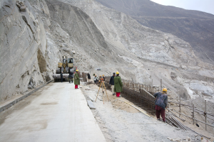 Das Bild zeigt eine Baustelle im Hochgebirge des Karakorams.