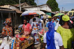 Menschen in Gambia auf einem Markt