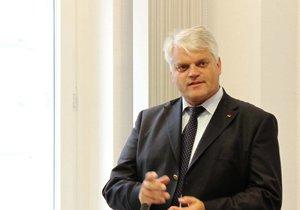 Portraitaufnahme von Markus Grübel, Parlamentarischer Staatssekretär im Verteidigungsministerium.