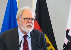 Portraitaufnahme von Thomas Wrießnig, Vizepräsident der Bundesakademie für Sicherheitspolitik, an einem Rednerpult