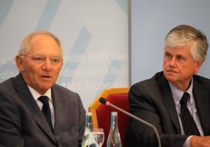 Bundesminister der Finanzen Wolfgang Schäuble neben Hans-Dieter Heumann, Präsident der Bundesakademie für Sicherheitspolitik
