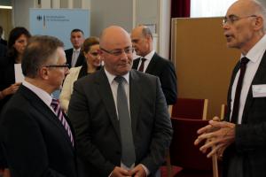 Präsident Kamp spricht mit dem georgischen Verteidigungsminister und Dr. Norbert Reez.