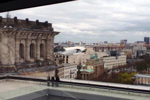 Das Foto fängt den Blick auf die Berliner Skyline vom Reichstagsgebäude ein.