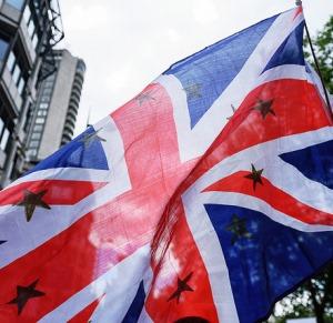 Ein Union Jack mit Europasternen bedruckt.