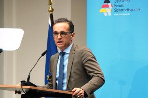 Außenminister Maas steht an einem Rednerpult.