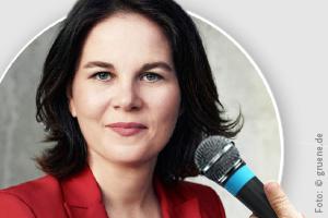 Das Bild zeigt Annalena Baerbock und ein Mikrofon.