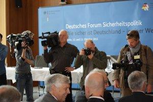 Fotografen vor einer Stellwand des Deutschen Forum Sicherheitspolitik