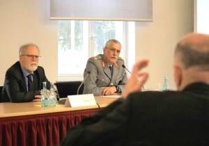 Vizepräsident Wrießnig und Brigadegeneral Pfrengle in der Diskussion