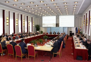Das Plenum einer Konferenz tagt im Historischen Saal der Schlossanlage Schönhausen.