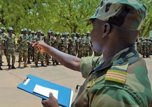 Ein malischer Offizier instruiert vor ihm angetretene Soldaten.