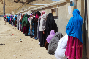 eine lange Warteschlange afghanischer Frauen