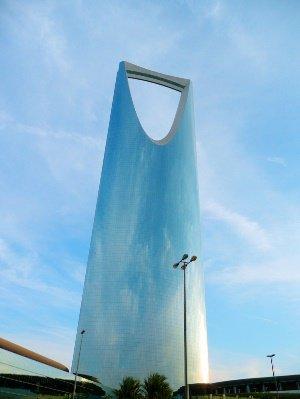 Das Foto zeigt das über 300 Meter große Hochhaus Kingdom Centre in Riad.