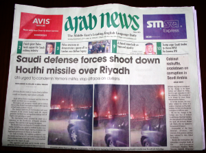 Das Foto zeigt eine saudi-arabische Zeitung, deren Titelseite über den Abschuss einer Rakete aus dem Jemen berichtet.