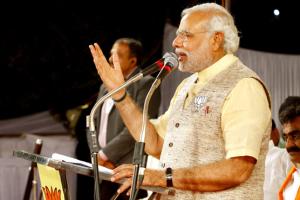 Narendra Modi spricht an einem Mikrofon.