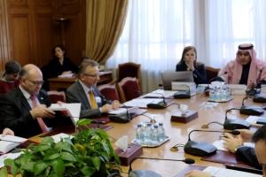 Mehrere Menschen sitzen um einen Konferenztisch.